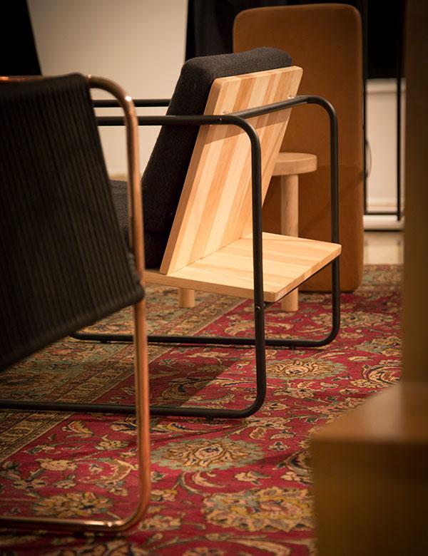 """Sesion """"¿Por qué los arquitectos diseñan sillas?"""" de Matías Ruíz en Sala de Arte AIEP"""